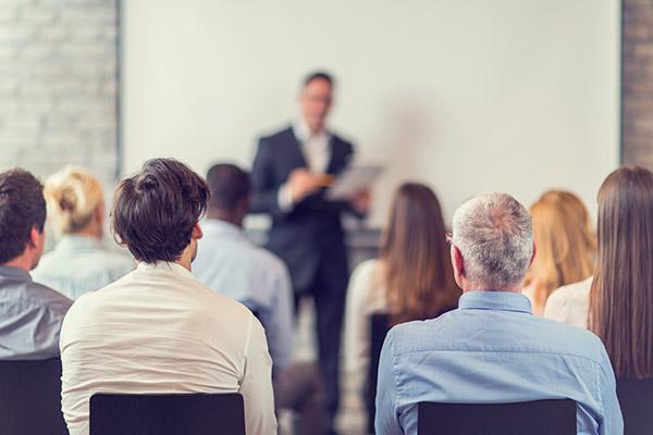 会議やセミナーで「うしろに座る人」