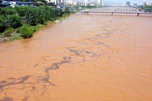 汚染された川