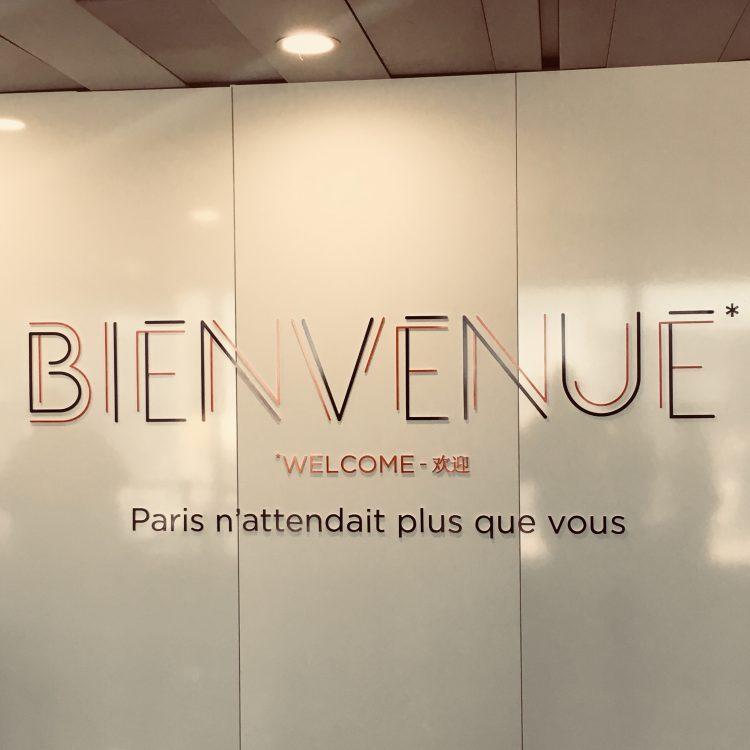 さすがは芸術の都ことパリ。シャルル・ド・ゴール国際空港のウェルカムボードがかっこいい。