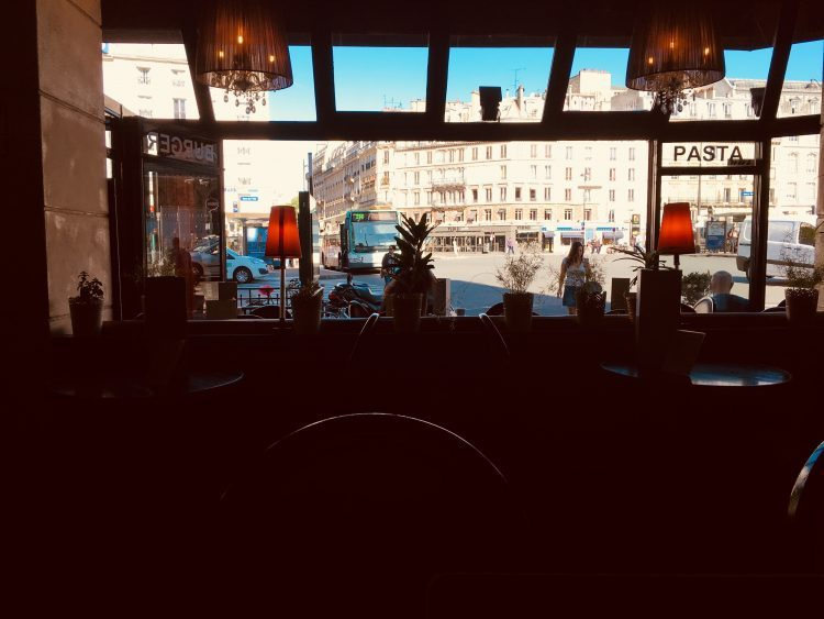 パリ東駅からすぐのところにあるカフェで作業開始