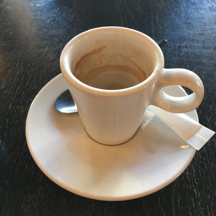 カフェオレを頼んだはずが、デミタスカップが出てきました。
