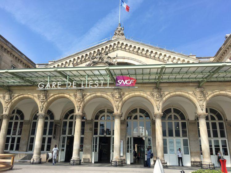 パリ東駅外観。一見、駅とは思えない。博物館のような外観の建物。