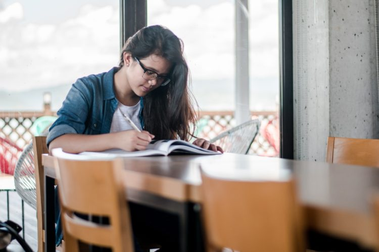 勉強する留学生