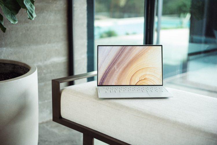 机に置かれたノートパソコン